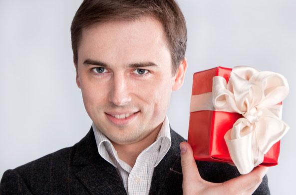 Что подарить малознакомому мужчине на день рождения