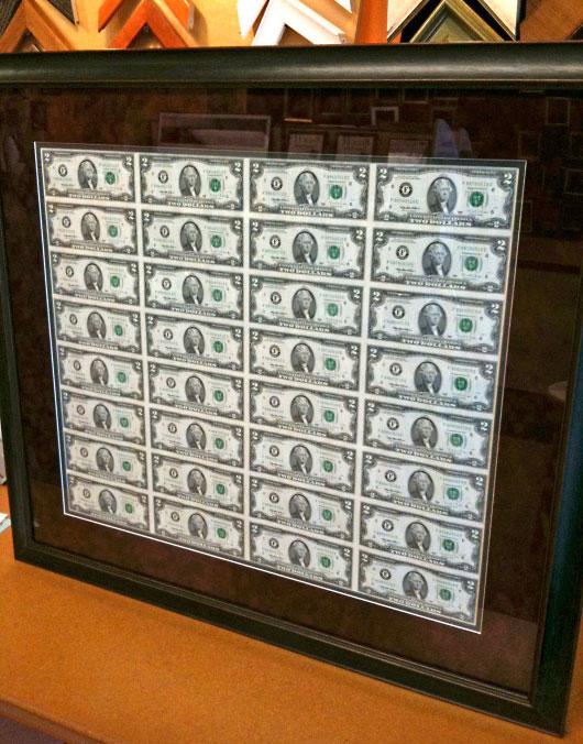 Неразрезанный долларовый лист в рамке