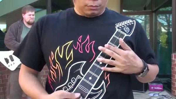 Интерактивная футболка с гитарой