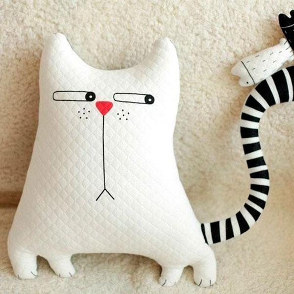 Подушка в виде забавного кота.