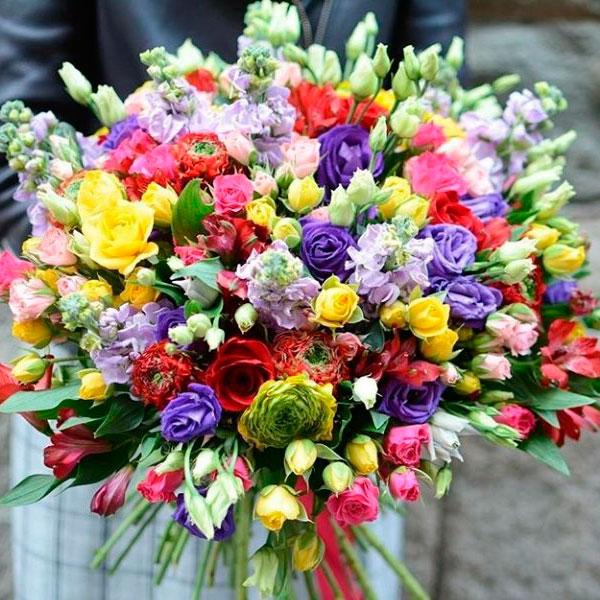 Красивая цветочная композиция или букет
