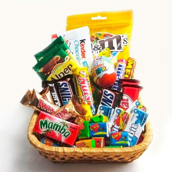 Пакетик с различными конфетами и шоколадками