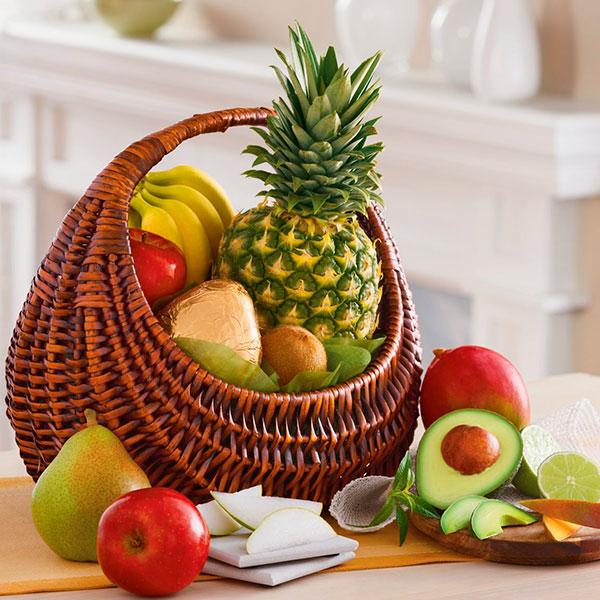 Красиво украшенная корзина с различными любимыми фруктами