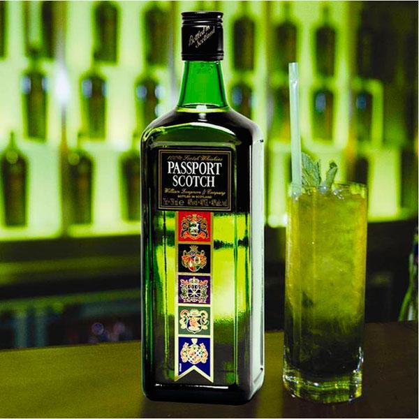 Бутылка элитного алкогольного напитка