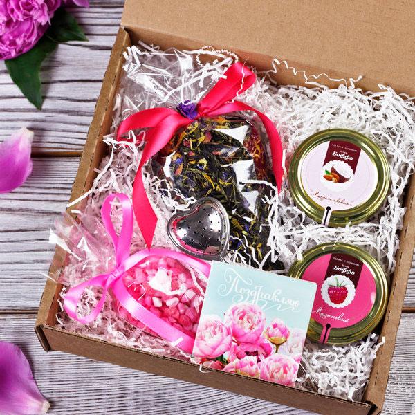 Конфетные наборы в праздничных коробках и пакетах