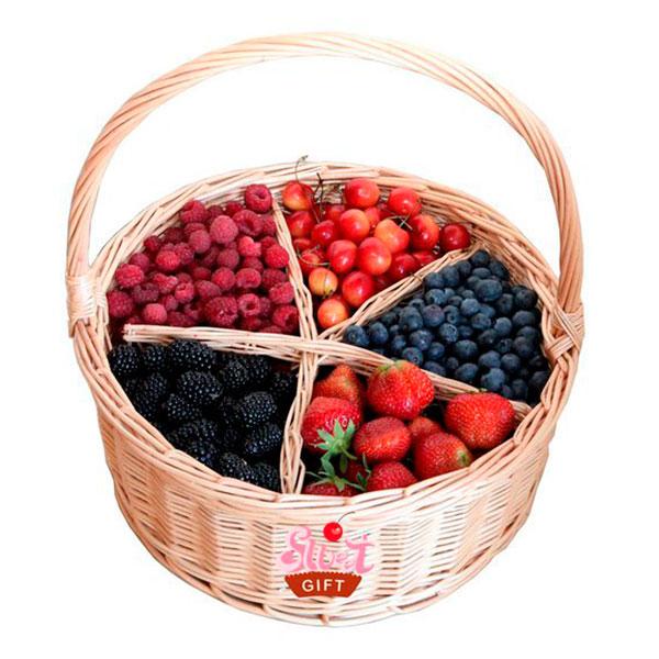 Плетеное лукошко со вкусными свежими ягодами