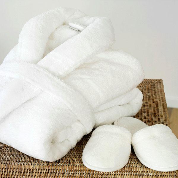 Теплый махровый халат и домашние тапочки