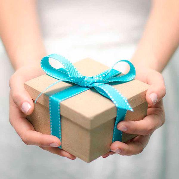Выбирайте что-то из категории сентиментальных, в том числе собственноручно сделанных подарков