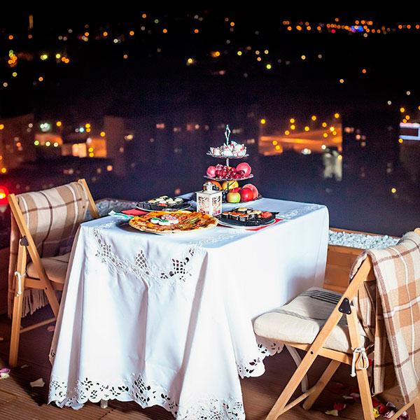 Свидание для двоих на крыше дома под звездным небом и при свечах