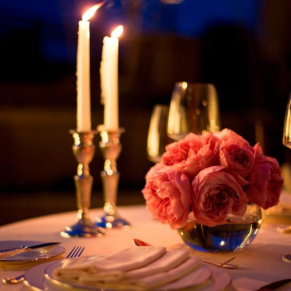 Приятный романтический вечер в красивом ресторане