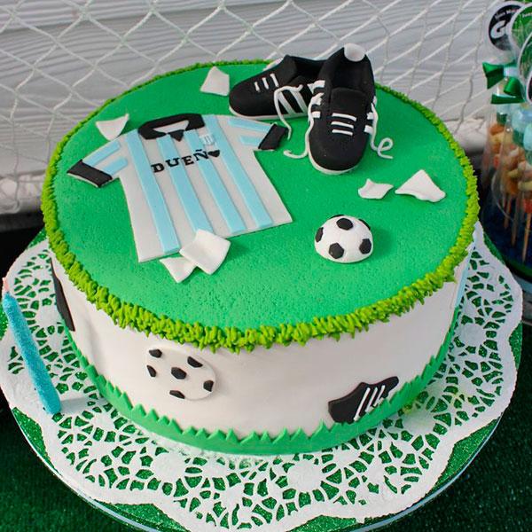 торт, на котором размещены различные фигурки, рассказывающие о жизни брата
