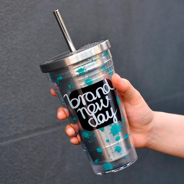 Термокружка или красочный стакан для прохладительных напитков