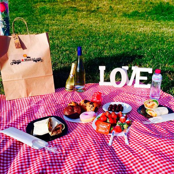 Романтический свидание в виде пикника на природе