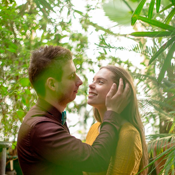 Необычное свидание, например, в оранжерее