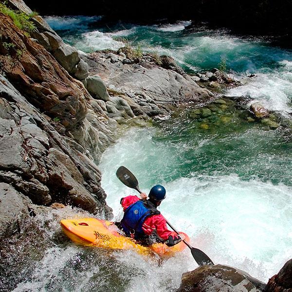 Спуск по бурной горной реке