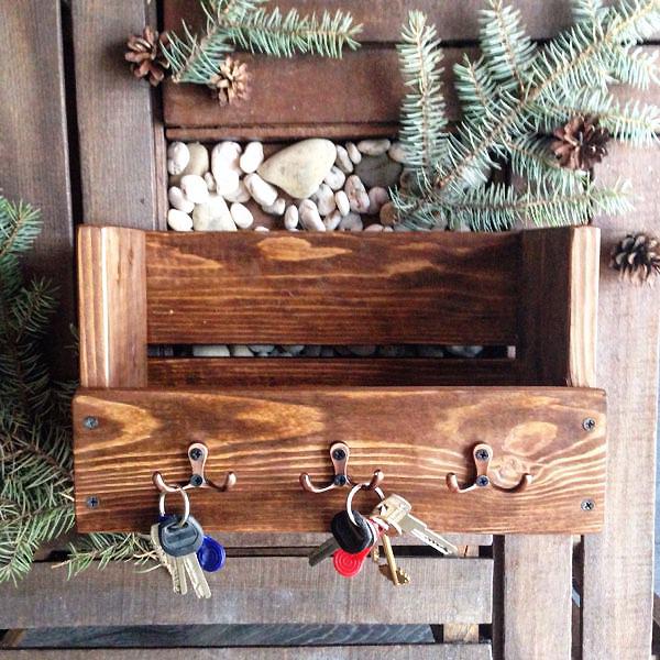 Красочный держатель или полочка в прихожей для ключей