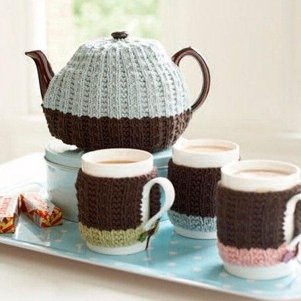 Набор вязаных свитерков для чашек и чайника