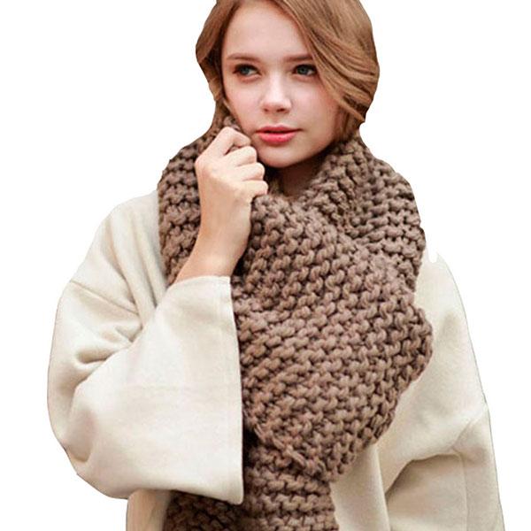 Теплый собственноручно связанный шарф