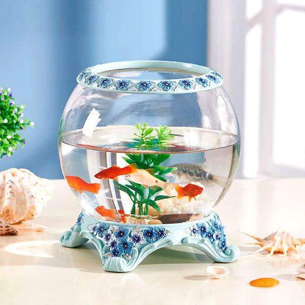 Аквариум с яркими рыбками