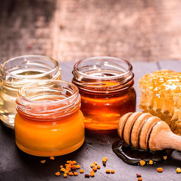 Несколько баночек с разными сортами мёда