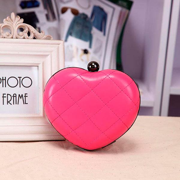 Ярко-розовый клатч, выполненный в виде сердца