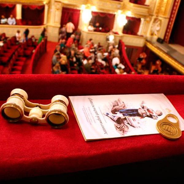 Театральный бинокль и билеты в театр