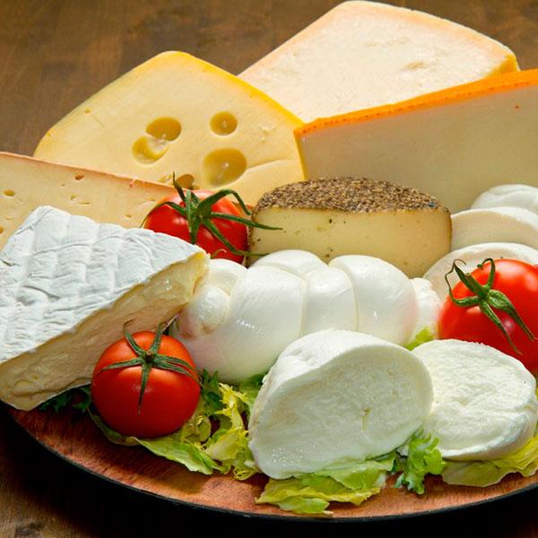 Набор разных сортов сыра