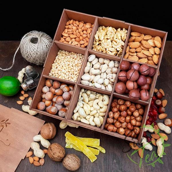 Годовой запас чипсов и орешков в деревянном ящике
