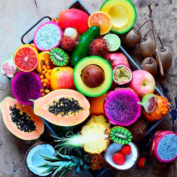 Экзотические фрукты в форме красивой композиции