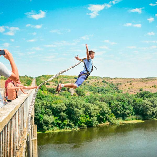Прыжки с моста на динамической веревке