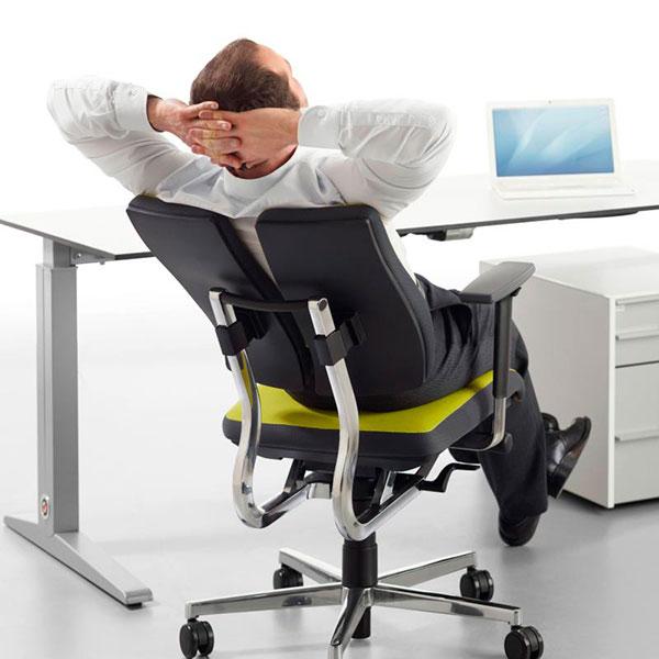 Качественное компьютерное кресло для офисного работника