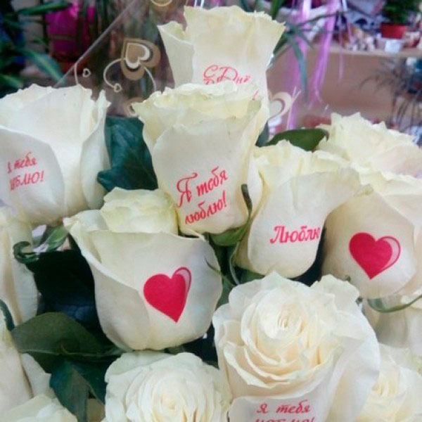 Букет роз с признаниями на лепестках