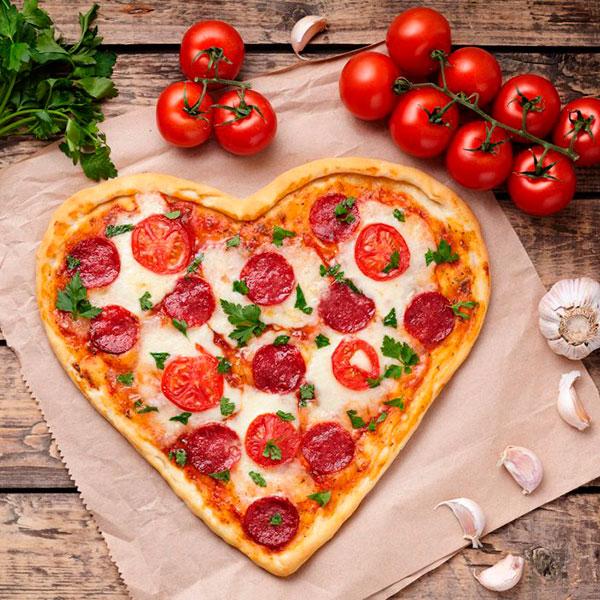 Пицца или сладости в виде сердца