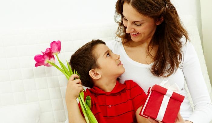 Что можно подарить маме на 8 марта от сына