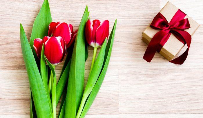 Что можно подарить учителю на 8 марта