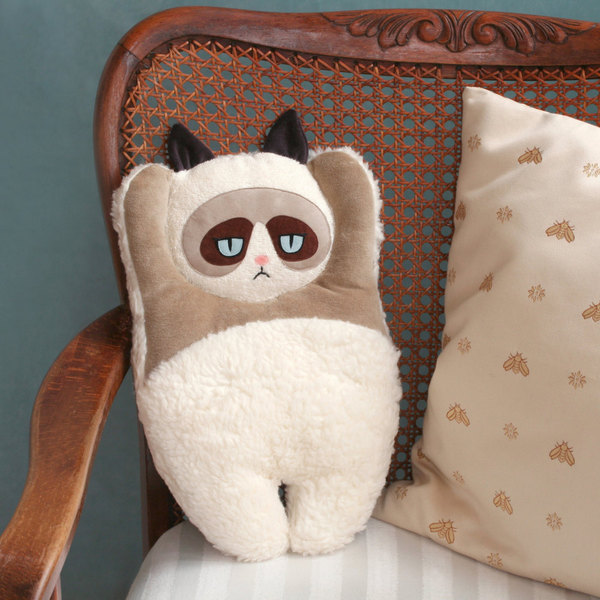 Прикольная подушка – веселый и интересный подарок на 8 марта