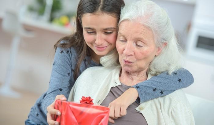Что можно подарить бабушке на 8 марта от внучки