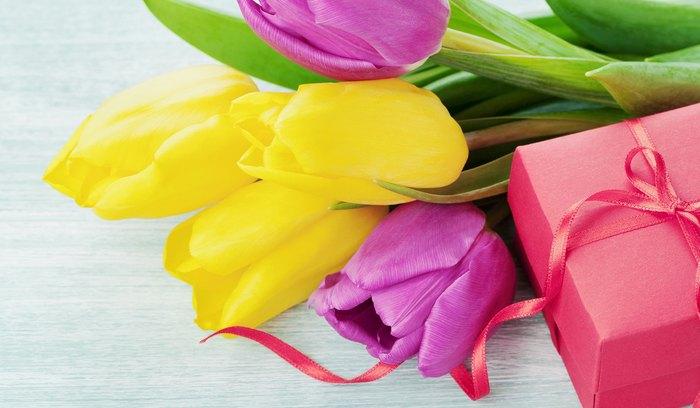 Что можно подарить женщине на 8 марта недорогое, но приятное