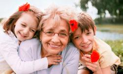 Что можно подарить бабушке на Новый год 2020