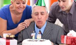 Что можно подарить пожилому мужчине: варианты презентов на День рождения